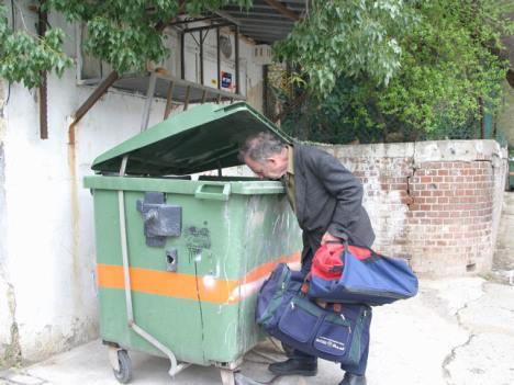 הנה תראו סטף, מאיר ויאיר, זהו העני שלא רוצה לעבוד ועוד מחפש בפח האשפה את המפתחות של היגואר.....בושה!