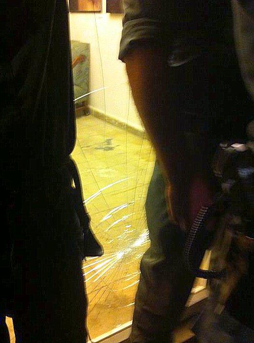 זו הזגוגית המנופצת של דלת בית אחותי ברחוב מטלון 70 תל אביב יפו