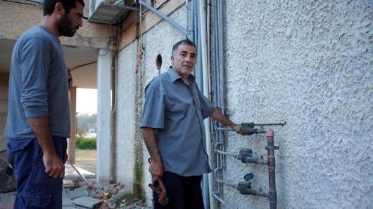 משה איבגי. מתרגל ניתוק מים בפני הבמאי עידן הובל - מלפני כמה חודשים זה לא סרט זו המציאות!!!!!  (צילום: רועי לינדנבאום)